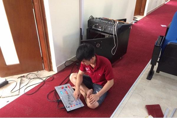Kỹ thuật viên chỉnh sửa âm thanh