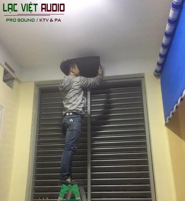 Cá kỹ sư âm thanh lắp đặt loa tại hành lang của trường