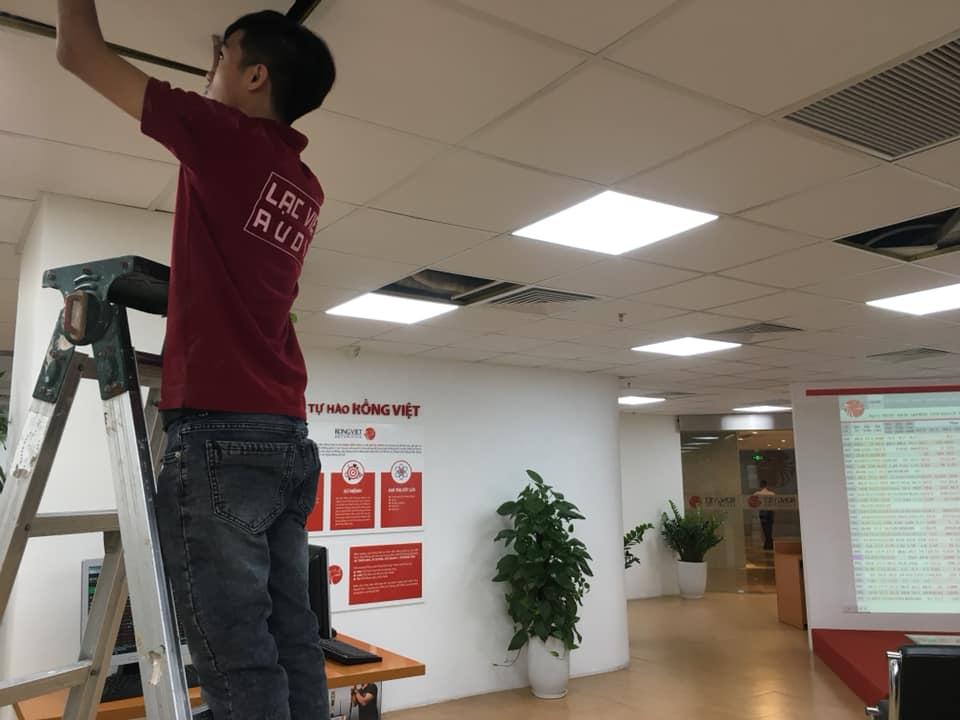 Đội ngũ kỹ thuật Lạc Việt audio hăng say làm việc