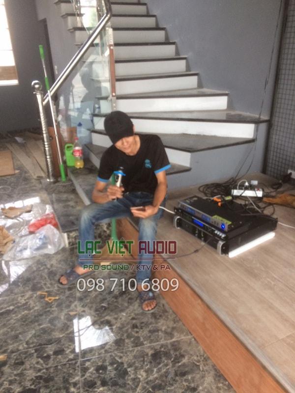 Khách hàng thử micro và chất lượng âm thanh