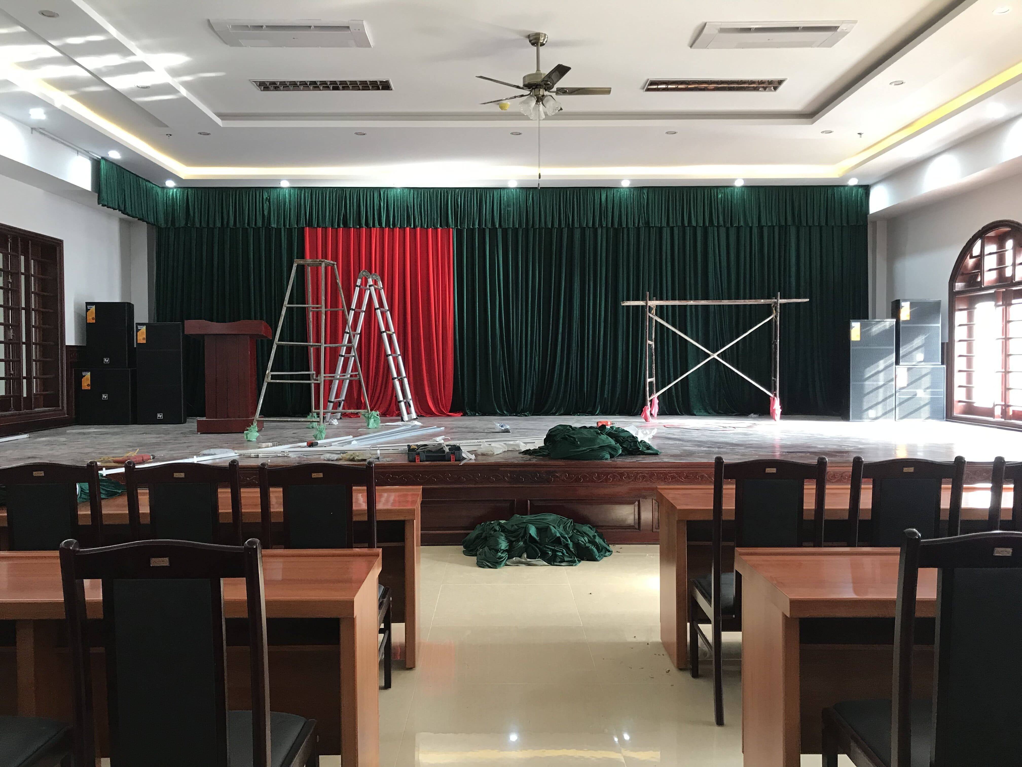 Các kỹ sư âm thanh lắp đặt hệ thống âm thanh phòng hội trường