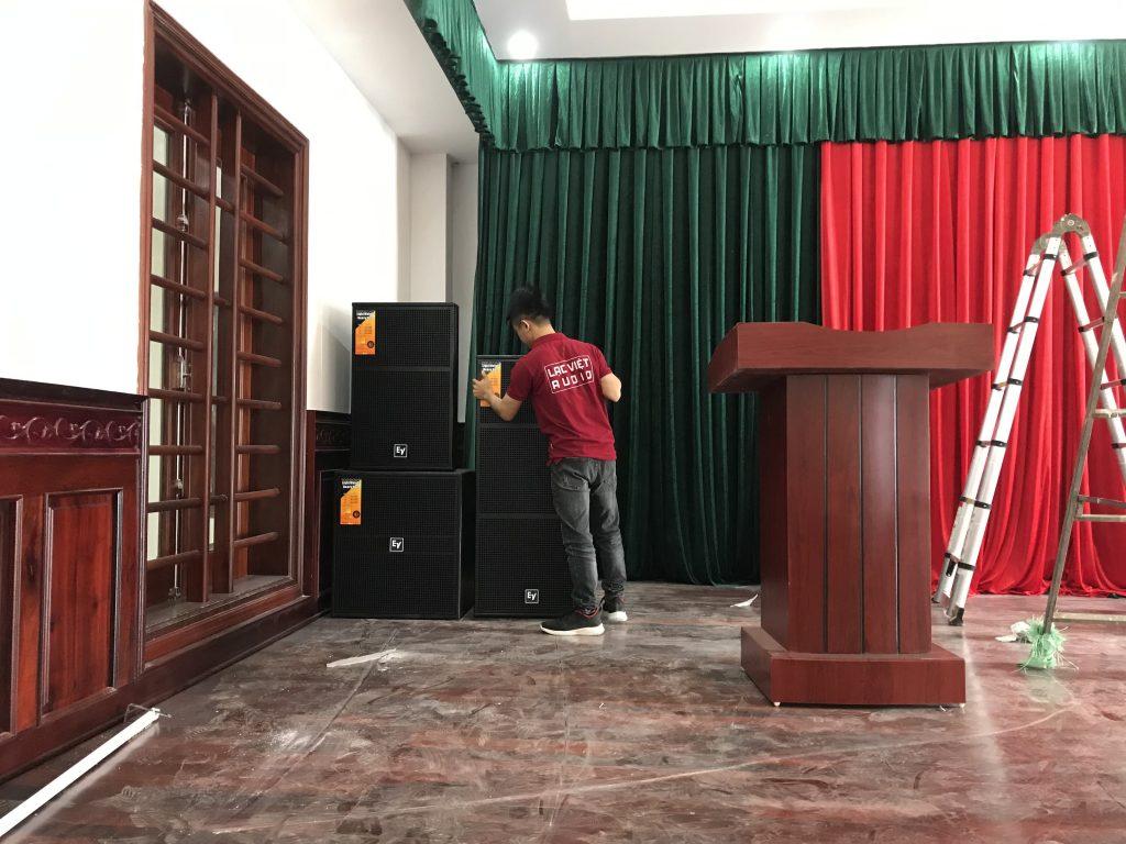 Hình ảnh các kỹ sư âm thanh của Lạc Việt Audio cung cấp dịch vụ lắp đặt tạn nơi cho khách hàng