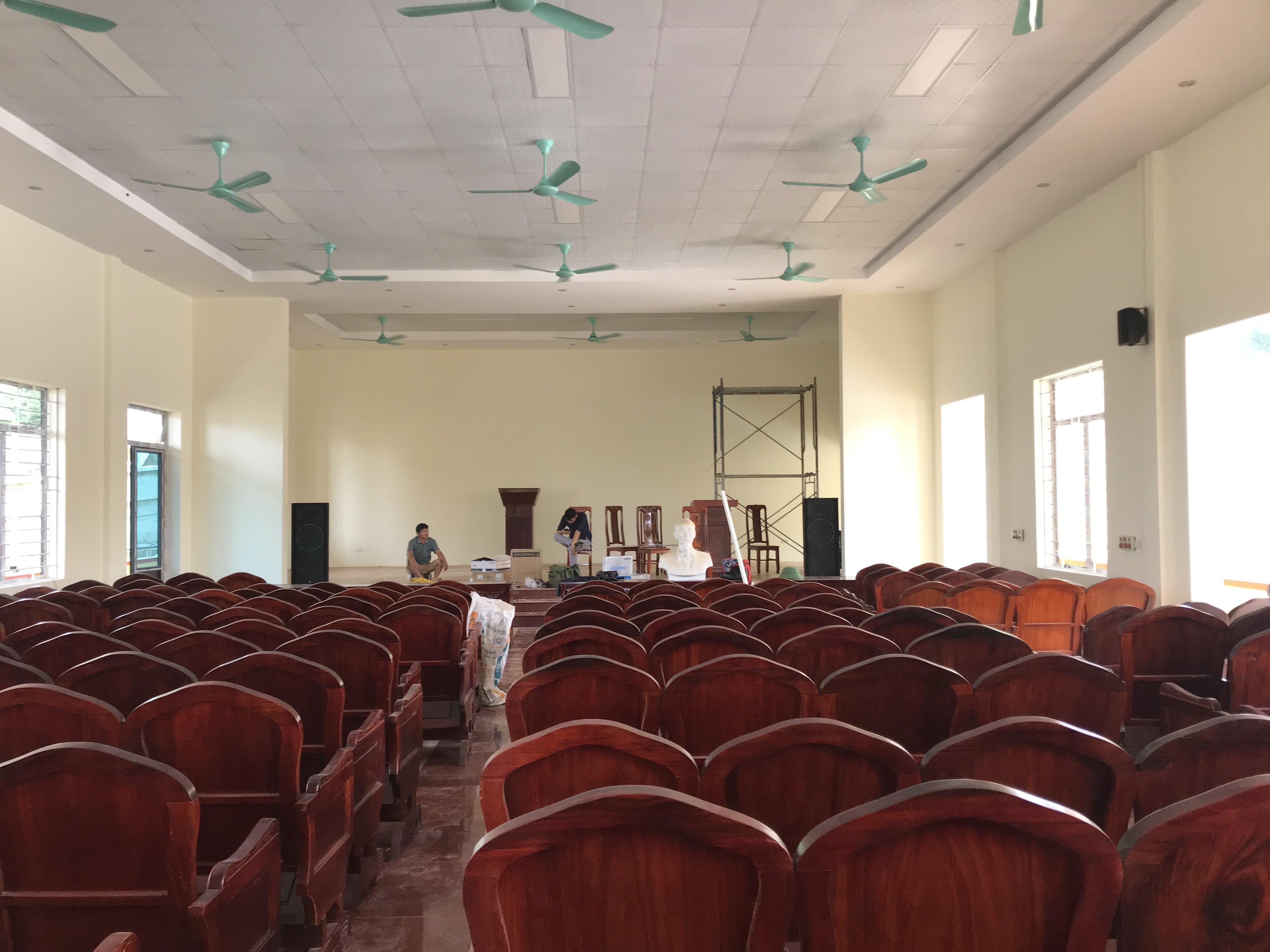 Không gian hội trường UBND xã