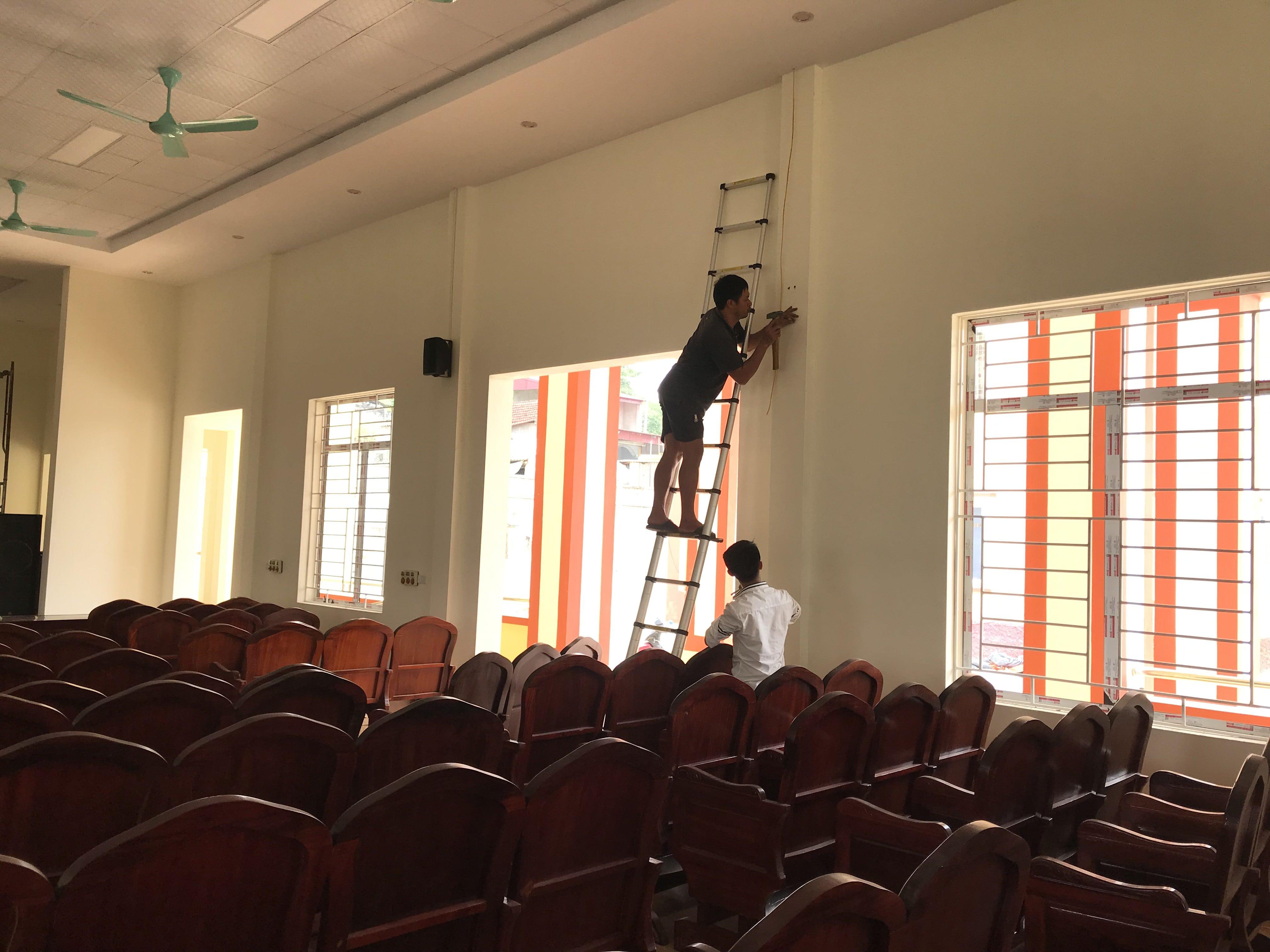 Kỹ sư âm thanh của Lạc Việt Audio đang lắp đặt thiết bị