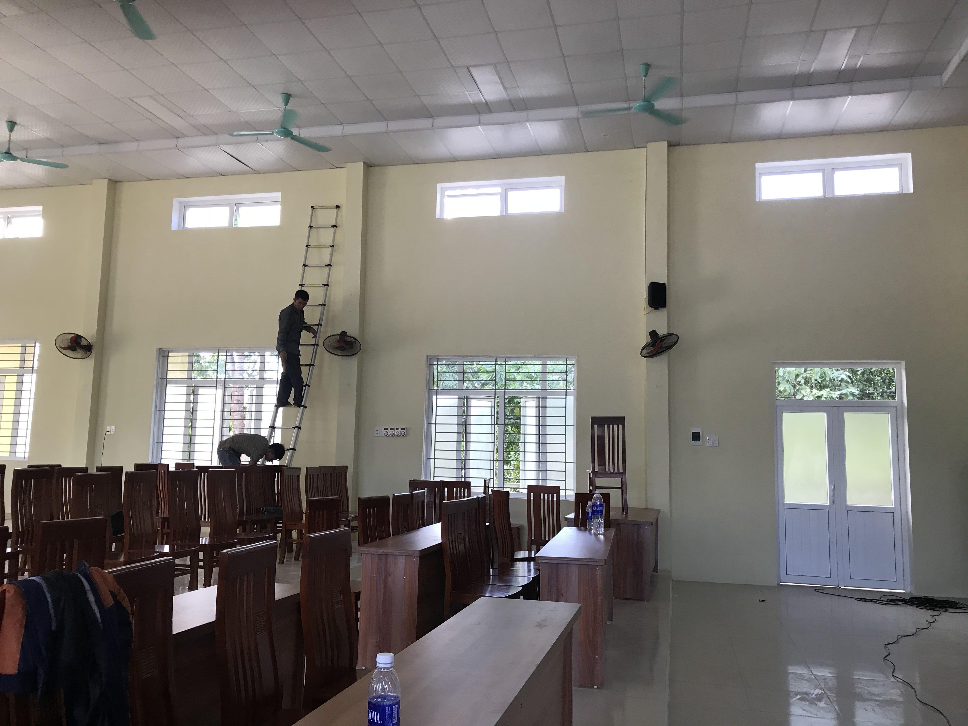 Các kỹ sư âm thanh của Lạc Việt Audio đang thi công lắp đặt sản phẩm cho dàn âm thanh hội trường