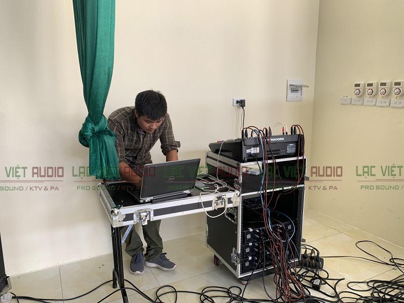 Kỹ thuật viên Lạc Việt Audio chỉnh sửa, cài đặt thiết bị