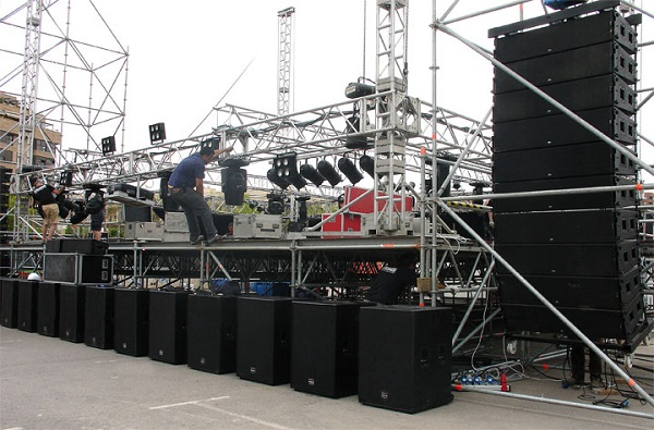 Sân vận động ngoài trời sử dụng hệ thống âm thanh khủng