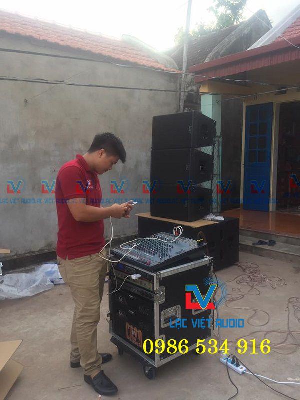 Kỹ thuật viên âm thanh Lạc Việt Audio test chất lượng dàn âm thanh tại nhà anh Luân
