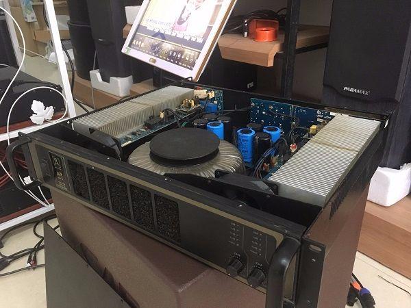 Khách hàng đến Lạc Việt Audio được mở cục đẩy ra kiểm tra bên trong nội thất