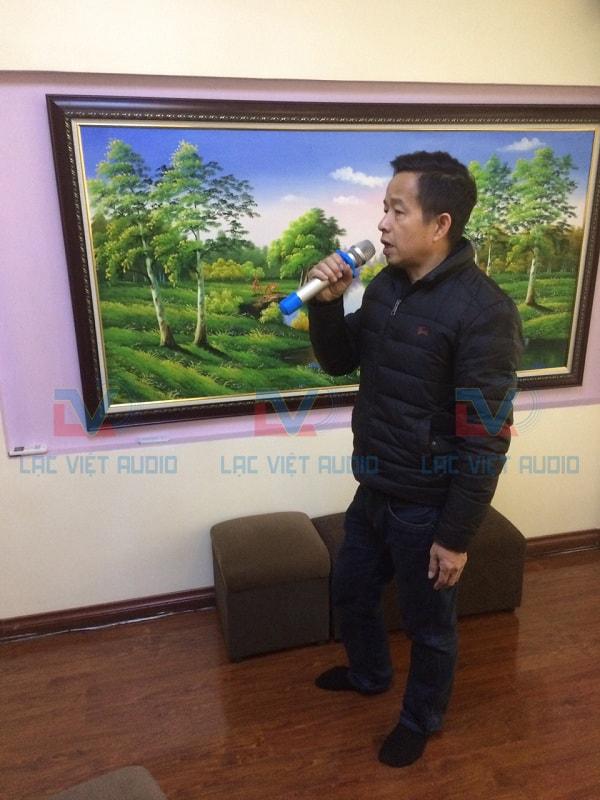 Anh Tuấn đang hát thử bộ dàn và rất hài lòng