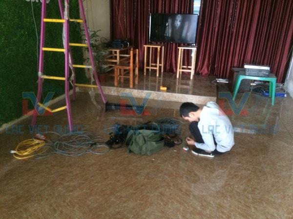 KTV Lạc Việt audio đang chuẩn bị thiết bị âm thanh