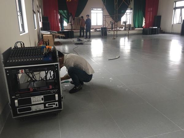 Nhân viên kỹ thuật công ty cổ phần đầu tư và XNK Audio Lạc Việt lắp đặt hệ thống