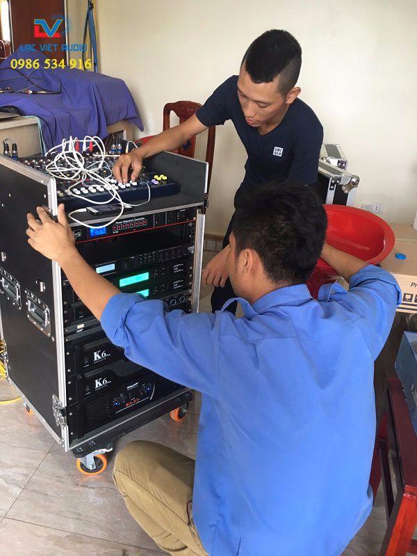 Kỹ thuật viên Lạc Việt Audio hướng dẫn cán bộ vận hành thiết bị