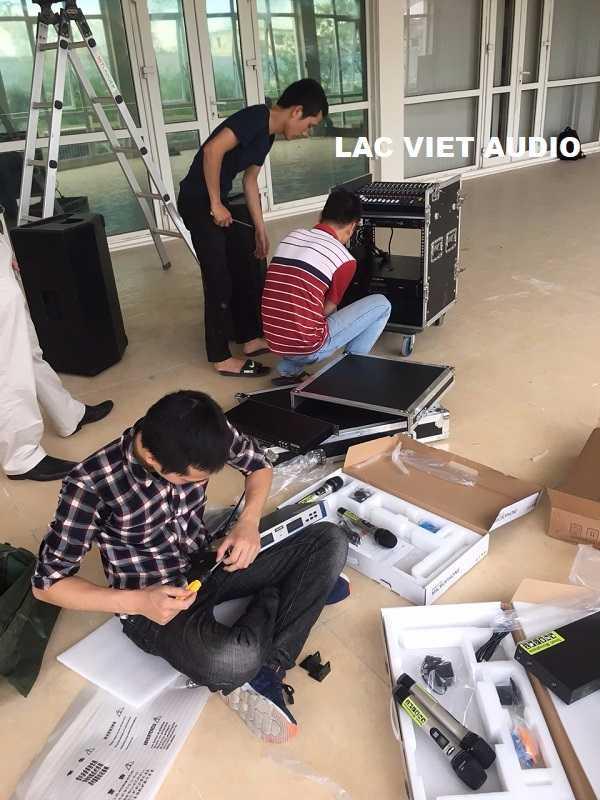 Kỹ thuật viên âm thanh tiến hành lắp đặt thiết bị âm thanh tại hội trường