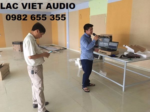 Nhân viên kỹ thuật âm thanh Lạc Việt hát thử và kiểm tra toàn bộ trước khi bàn giao
