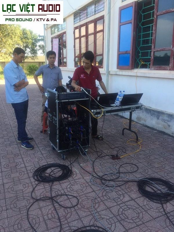 Kỹ thuật viên âm thanh Lạc Việt tiến hành căn chỉnh hệ thống