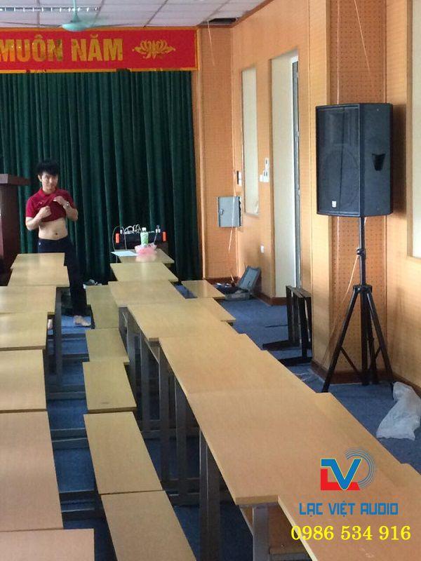 Loa sân khấu được đặt phù hợp với diện tích của phòng họp