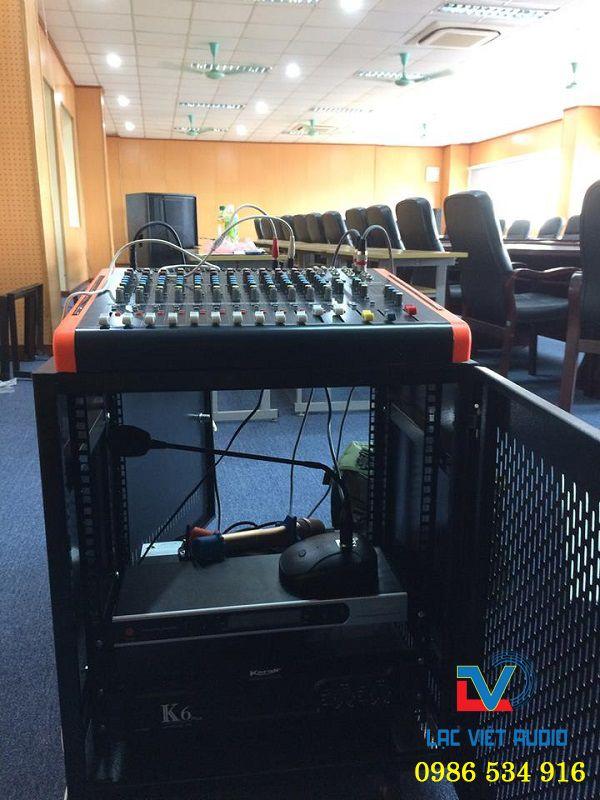 Kỹ thuật viên âm thanh tiến hành lắp đặt các thiết bị vào tủ rack