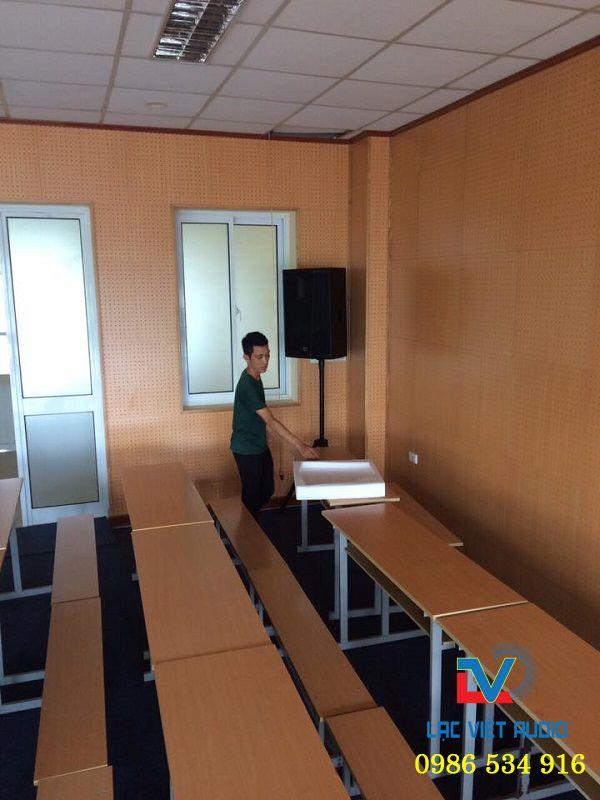 Kỹ thuật viên căn chỉnh nơi đặt loa phù hợp với phòng