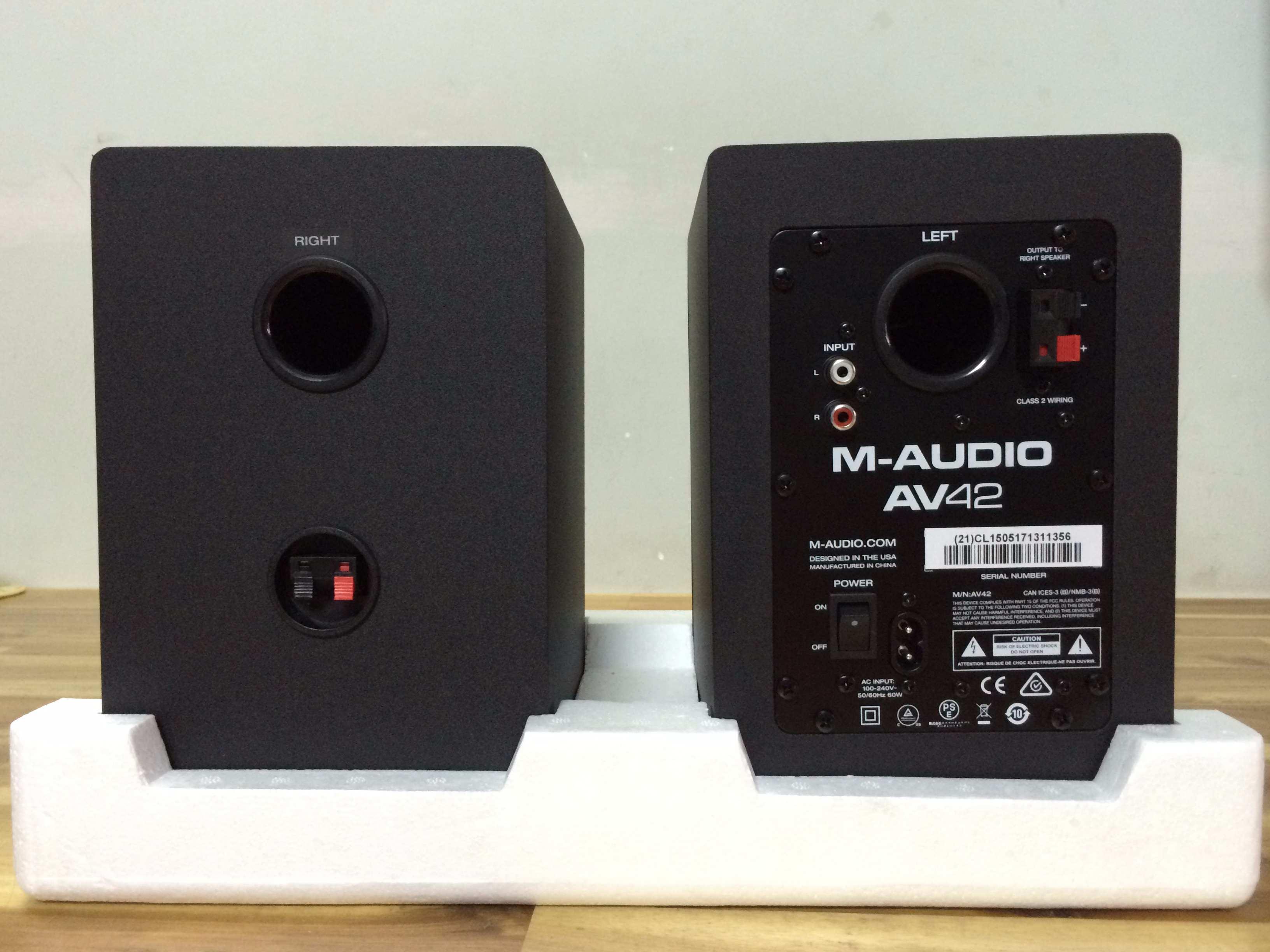 Mặt sau của loa kiểm âm M-Audio AV42