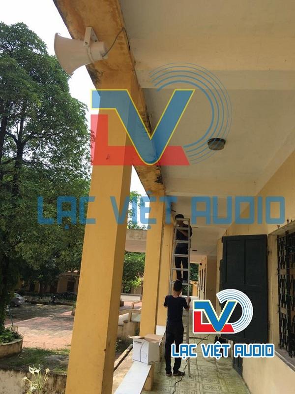 Kỹ thuật viên Lạc Việt Audio treo loa phát thanh ngoài sân trường