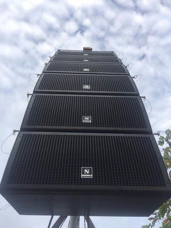 Loa Array Nanomax được treo lên tạo góc phủ âm thanh rộng