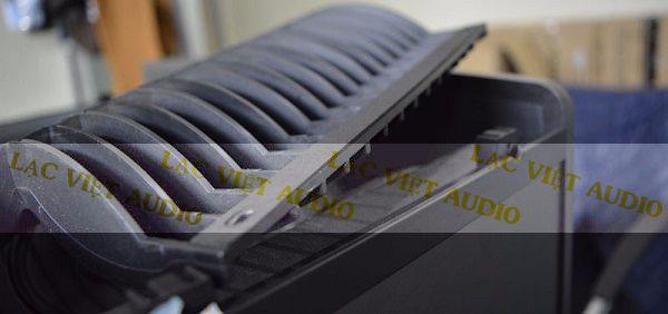 Vỏ thùng loa JBL Ki82 được thiết kế mạnh mẽ và sắc nét