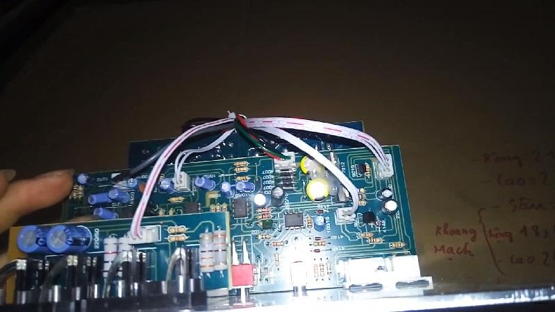 Chi tiết phần bảng mạch phía trong của mạch loa siêu trầm 200W của JBL