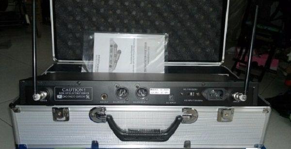 Mặt sau micro Shure U930