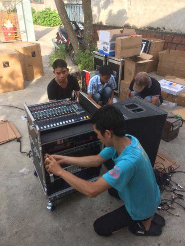 Nhân viên Lạc Việt Audio lắp đặt tủ máy